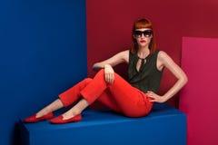 Mujer de moda del pelirrojo que presenta en estudio imagen de archivo