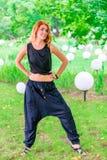 Mujer de moda delgada en el parque Fotos de archivo libres de regalías