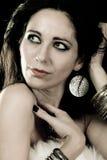 Mujer de moda elegante con la joyería de plata fotos de archivo