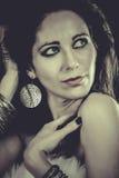 Mujer de moda elegante con la joyería de plata fotografía de archivo libre de regalías