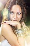 Mujer de moda elegante con la joyería de plata sobre flama del sol Fotos de archivo libres de regalías