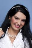 Mujer de moda en blanco con las perlas Imagen de archivo