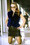 Mujer de moda en departamento Foto de archivo libre de regalías