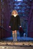 Mujer de moda en el puente Foto de archivo libre de regalías