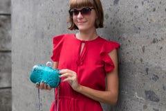 Mujer de moda en el vestido rojo que sostiene el bolso de cuero del pitón del snakeskin Equipo elegante Ciérrese para arriba del  Fotos de archivo