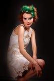 mujer de moda en fondo oscuro Fotos de archivo libres de regalías