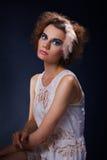 Mujer de moda en fondo oscuro Imagen de archivo