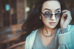 Mujer de moda en gafas de sol fotografía de archivo libre de regalías