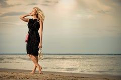 Mujer de moda en la playa. Foto de archivo libre de regalías