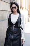 Mujer de moda en la semana de la moda del ` s de Milan Men Foto de archivo