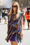 Mujer de moda en la semana de la moda del ` s de Milan Men Fotos de archivo libres de regalías