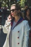 Mujer de moda en la semana de la moda del ` s de Milan Men Imagen de archivo