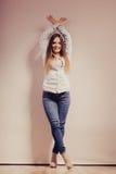 Mujer de moda en pantalones del dril de algodón de la camisa Fotos de archivo