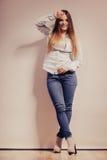 Mujer de moda en pantalones del dril de algodón de la camisa Foto de archivo libre de regalías