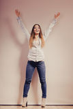 Mujer de moda en pantalones del dril de algodón de la camisa Imágenes de archivo libres de regalías