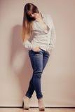 Mujer de moda en pantalones del dril de algodón de la camisa Fotos de archivo libres de regalías