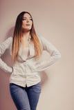 Mujer de moda en pantalones del dril de algodón de la camisa Imagen de archivo