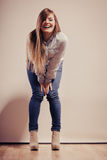 Mujer de moda en pantalones del dril de algodón de la camisa Fotografía de archivo