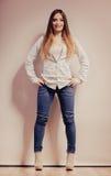 Mujer de moda en pantalones del dril de algodón de la camisa Imagenes de archivo