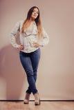 Mujer de moda en pantalones del dril de algodón de la camisa Fotografía de archivo libre de regalías