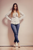 Mujer de moda en pantalones del dril de algodón de la camisa Imagen de archivo libre de regalías