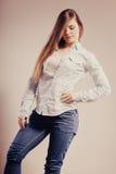 Mujer de moda en pantalones del dril de algodón de la camisa Foto de archivo