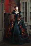 Mujer de moda en un estilo del vintage imagenes de archivo