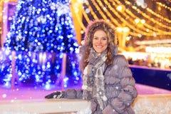 Mujer de moda feliz en el invierno en nevadas foto de archivo
