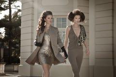 Mujer de moda hermosa de la mujer atractiva dos con arquitectura atractiva Foto de archivo libre de regalías