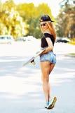 Mujer de moda hermosa del patinador, retrato integral al aire libre Foto de archivo