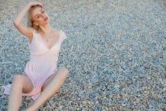 Mujer de moda hermosa en bañador en el océano de la playa imágenes de archivo libres de regalías