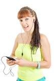 Mujer de moda joven con los auriculares que llevan a cabo escuchar móvil Imagen de archivo