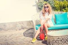 Mujer de moda joven de la moda al aire libre Fotografía de archivo libre de regalías