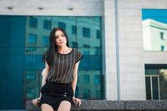 Mujer de moda joven en la calle cerca del rascacielos Fotos de archivo