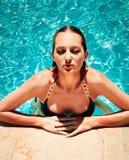 Mujer de moda joven en la piscina Fotos de archivo libres de regalías