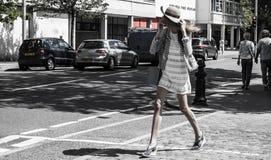 Mujer de moda joven que camina en una calle en Chelsea Imágenes de archivo libres de regalías