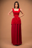 Mujer de moda linda en vestido rojo Fotos de archivo