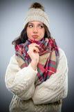 Mujer de moda pensativa en la moda del invierno Imagenes de archivo