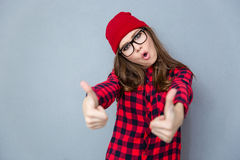 Mujer de moda que muestra los pulgares para arriba Fotos de archivo libres de regalías