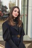 Mujer de moda que presenta durante semana de la moda del ` s de Milan Men Imagen de archivo