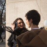 Mujer de moda que presenta durante semana de la moda del ` s de Milan Men Foto de archivo libre de regalías