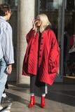 Mujer de moda que presenta durante semana de la moda del ` s de Milan Men Foto de archivo