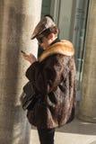 Mujer de moda que presenta durante semana de la moda del ` s de Milan Men Fotografía de archivo libre de regalías