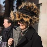 Mujer de moda que presenta durante semana de la moda del ` s de Milan Men Imágenes de archivo libres de regalías