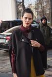 Mujer de moda que presenta durante semana de la moda del ` s de Milan Men Imagenes de archivo