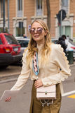 Mujer de moda que presenta durante semana de la moda del ` s de Milan Women Imágenes de archivo libres de regalías