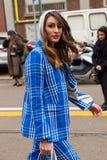 Mujer de moda que presenta durante semana de la moda del ` s de Milan Women Fotos de archivo
