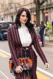 Mujer de moda que presenta durante semana de la moda del ` s de Milan Women Imagen de archivo libre de regalías