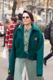 Mujer de moda que presenta durante semana de la moda del ` s de Milan Women Fotos de archivo libres de regalías
