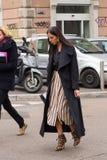 Mujer de moda que presenta durante semana de la moda del ` s de Milan Women Fotografía de archivo libre de regalías
